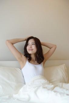 日本人 女性 女 30代 アラサー ライフスタイル 部屋 ベッドルーム 寝室 室内 ポーズ キャミ キャミソール 部屋着 ナチュラル ミディアムヘア ベッド 布団 寝起き 朝 モーニング 目覚め 健康 健康的 すっきり スッキリ 爽やか さわやか 頭 組む 腕 笑顔 スマイル  起床 起きる mdjf013