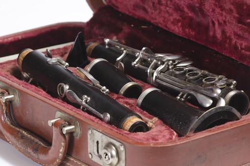クラリネット 木管楽器 リード マウスピース リガチャー バレル 管体 上管 下管 ベル ハードケース 収納 キャリーケース 閉管 共鳴 分解 黒 銀 音楽 ミュージック 奏でる 音色 演奏 伴奏 奏者 背景 白 バックグラウンド 余白 スタジオ撮影 素材