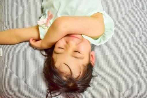 笑顔 リラックス ポートレート 上半身 昼寝 寝る 楽しい 夏 嬉しい 子供 女の子 幼稚園児 小学生 寝転ぶ コピースペース 横になる 夏休み 子育て 可愛い 保育園 目を閉じる 育児 自宅 午後 逆さま 楽しそう 寝ている お昼寝 保育 保育園児 にっこり 嬉しそう ごろ寝 ごろん 午睡 寝転んでいる 横になっている 逆さ撮り ご機縁
