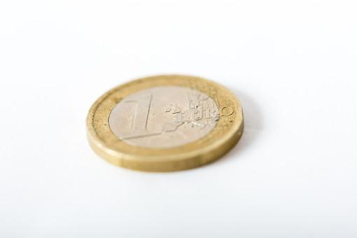 お金 コイン 通貨 貨幣 小銭  つり銭 マネー 外国 外貨 貯金  貯蓄 金融 経済 ビジネス 価値  チップ お釣り ユーロ ヨーロッパ 海外  アップ 白バック 白背景 1枚 1個 素材 硬貨 EU 1ユーロ ユーロコイン