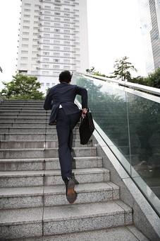 男性 ビジネスマン 営業 会社員 サラリーマン 社員 男 ビジネス オフィスビル 会社 めがね 眼鏡 移動 出社 外回り スーツ 走る 急ぐ 遅刻 やる気 行動力 懸命 階段 上る 駆ける 疾走 Men 男 男子  20代 30代 ビジネススーツ 背広 ネクタイ シャツ  屋外 ジャケット 出勤 勤務 働く 若い 日本人 mdjm019