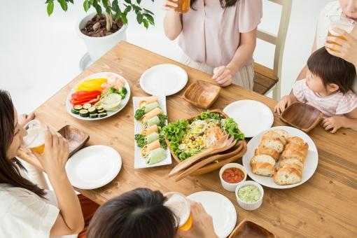 食事会をする女友達の写真