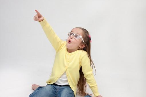 人物 こども 子供 女の子 少女  外国人 外人 キッズモデル あどけない かわいい   屋内 スタジオ撮影 白バック 白背景 長髪  ロングヘア ポートレイト ポートレート 表情 ポーズ 指さす 指差し 上 発見 注目 目指す めがね 眼鏡 カーディガン 座る mdfk016