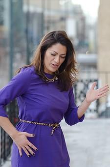 人物 女性 女 20代 30代 外国人 白人 外人 ワンピース チュニック 紫 パープル ネックレス ベルト おどける ロボットダンス ひょうきん フレンドリー 建物 建築物 屋外 ポーズ 笑顔 スマイル ポートレート mdff058