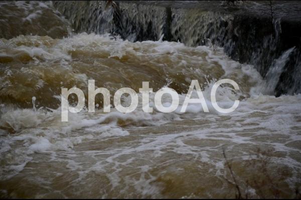 豪雨後の濁流4の写真
