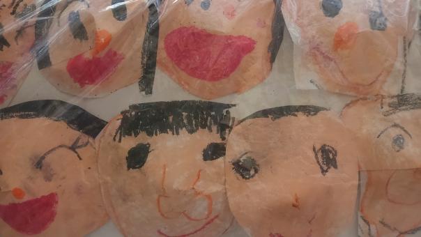 似顔絵 にがおえ 絵 子ども クレヨン 子供 こども いろえんぴつ 色鉛筆 顔の絵 顔 笑顔 にっこり ニッコリ 可愛い カワイイ かわいい 上手 幼稚園 幼稚園児 作品 お祭り 笑う 笑い顔 わらいがお わらう 口を開けて 口 開く 開ける 開けている