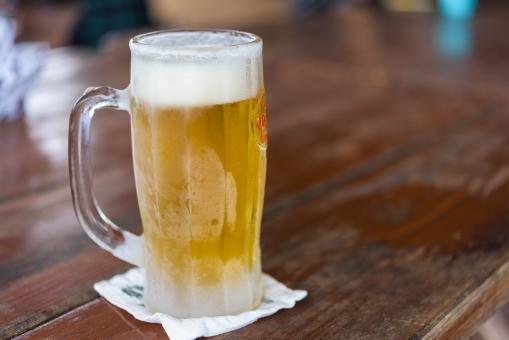 ビール 冷える 霜 黄金色 屋外 アワ 泡 アルコール 酔う お酒 飲み物 生ビール 麦 ジョッキ 夏 仕事 居酒屋