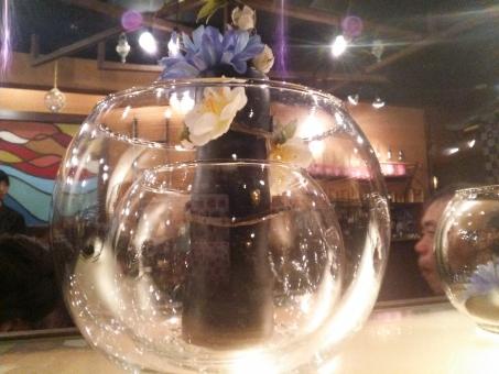 グラス ガラス コップ タンブラー 洋食器 食器 キッチン キッチン用品 調理器具 ソムリエ ワイン スニフター シャンパングラス カクテル ブランデー 果実酒 ボトル ビン 瓶 花 青 透き通る 綺麗 きれい 輝く キラキラ 丸い 背景 背景素材 バックグラウンド