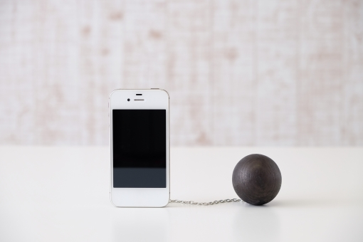 スマートフォン スマホ 携帯電話 ケータイ 携帯 キャリア 通信会社 乗り換え 鎖 チェーン 足かせ 鉄球 通信料 制限 契約 契約条件 2年 2年縛り 2年間 mnp 携帯会社 it 重り 白 ホワイト
