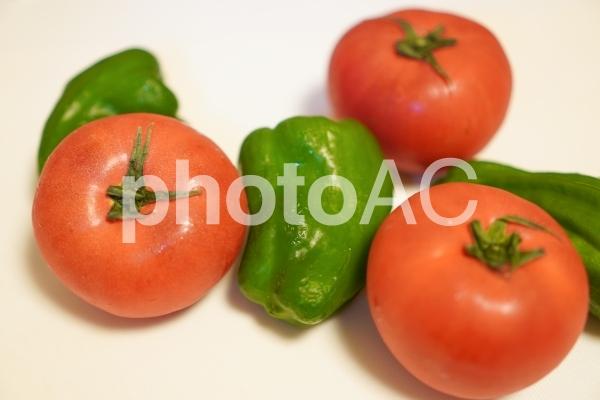 夏野菜のトマトとピーマンの写真