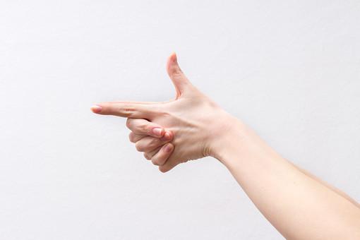 人 人間 人体 身体 人肌 肌 皮膚 手 指 手指 ゆび 関節 指の関節 デッサン 手のデッサン 手のモデル 手のポーズ  爪 白い 白背景  曲げる 指を曲げる  腕 手首 手の甲 握る 両手 撃つ ガン 銃 狙う ハンドモデル