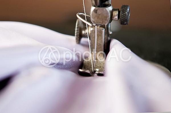 ミシンで布を縫っている部分のアップ2の写真