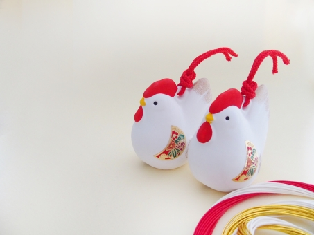酉の置物 酉年 鳥 鶏 ニワトリ にわとり 年賀 2017年 干支 置物 飾り 縁起物 年賀状 イメージ 背景 陶器 1月 行事 新春 対 カップル 夫婦 背景素材 空白