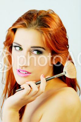 メイク道具を持つ女性3の写真