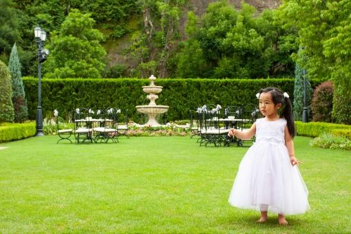 白いドレスを着た女の子の写真