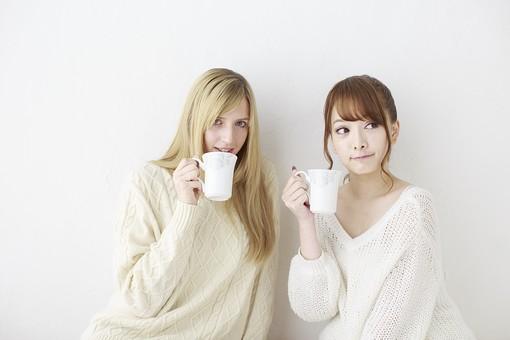 人物 日本人 外国人 外人 女性  若い 女の子 20代 学生 大学生  留学生 2人 二人 友達 友人  仲良し かわいい キュート 異文化 交流  屋内 白バック 白背景 ファッション 私服  カジュアル ポートレート 友情 飲み物 コーヒー カップ 飲む 上半身 mdjf005 mdff045
