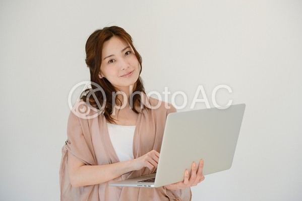 PCを持つ女性3の写真