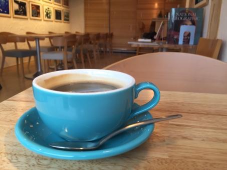おしゃれ カフェ コーヒー 自由が丘 コーヒーカップ 青 温かい 美味しい ゆっくり まったり 休憩 待ち時間 待ち合わせ 読書
