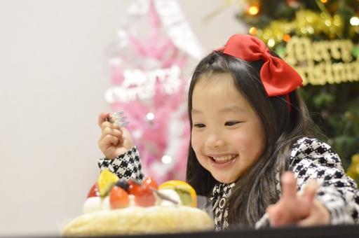 ケーキ クリスマスケーキ 子供 こども 子ども 女の子 笑う 嬉しい ツリー クリスマスツリー 12月 冬