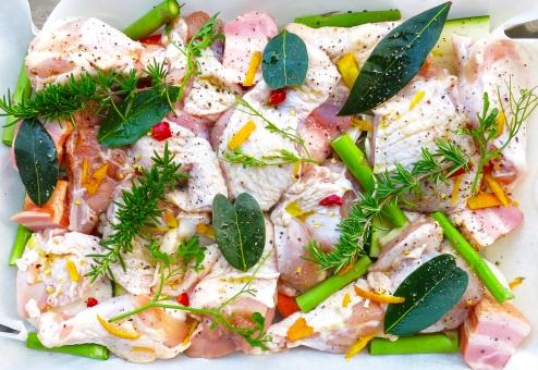 下ごしらえ オーブン 料理 チキン 鶏肉 ニワトリ ベイク ハーブ マリネ ローズマリー 月桂樹 ローリエ メニュー 西洋