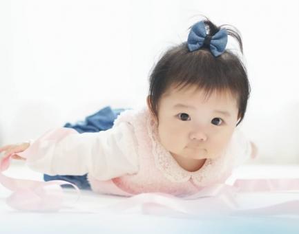うつ伏せの赤ちゃんの写真