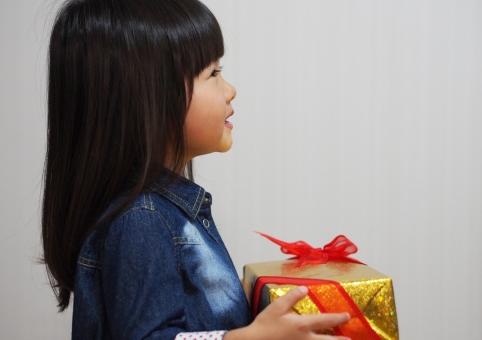 感謝 プレゼント 女の子 幼児 女児 子供 子ども クリスマス 贈り物 リボン 敬老の日 日本人 girl 箱 child 横顔 kids japanese christmas present クリスマスプレゼント 父の日 母の日