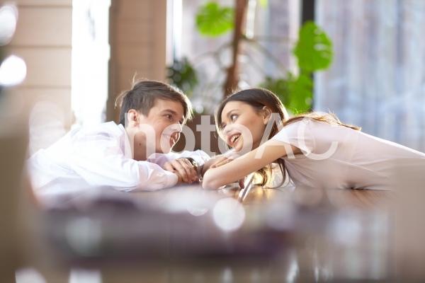 語り合うカップル12の写真
