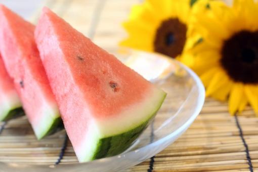 夏のイメージ 西瓜と向日葵 すだれの写真