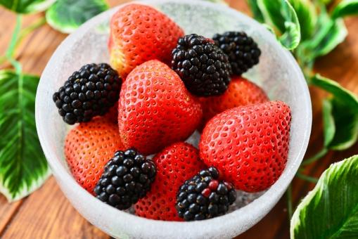 strawberry fruit 採れたて 植物 実 へた コストコ 海外イチゴ 海外苺 苺狩り 甘い果物 メイソンジャー ガラスのビン ガラスの瓶 ブラックベリー 2種類のイチゴ ミックスベリー まな板 いちご ストロベリー ブルーベリー ミックスジュース スムージー 春 赤 ビタミン 果物 果実 背景 食べ物 食べる フルーツ 健康 フレッシュ 新鮮 自然 ダイエット 食材 農業 果樹園 美容 木目 テーブル 苺 イチゴ