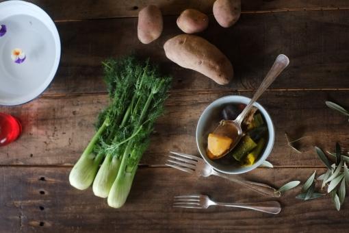 野菜スープ じゃがいも ジャガイモ ねぎ ネギ ディル クミン オリーブ オリーブの葉 カフェオレボウル 机 ダイニングテーブル 食卓 インテリア 古材 vegetable カトラリー フォーク 食べる ホーロー
