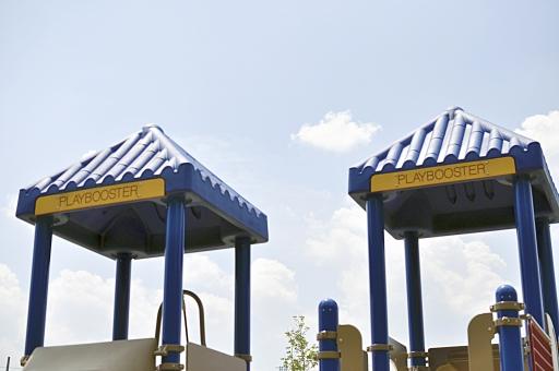 楽しい 子供 こども 子ども チルド チャイルド 遊具 公園 登る 滑り台 のぼる 遊ぶ ワイワイ プレイ PLAY play ブースター BOOSTER 青 ブルー 黄色 屋根 ルーフ パーク