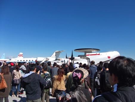 入間航空祭 航空祭 航空ショー 祭り フェスティバル 人ごみ 賑わい 航空機 航空自衛隊 自衛隊 T-400 E-2C 飛行機 航空機 早期警戒機 飛行点検機 防空 雑踏 青空 晴天 快晴 群青 紺碧 風景 景色 自然 乗り物 群衆