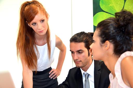 会社 オフィス ビジネス 仕事 職場 屋内 室内 働く スーツ 人物 男性 女性 ネクタイ 上司 部下 先輩 後輩 白人 インターナショナル 外国人 外人 外人男性 外人女性 白人女性 白人男性 グローバルデスク 同僚 mdff125 mdff126  mdfm072
