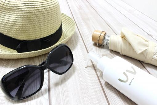 外出 明るい インテリア 帽子 麦わら帽子 夏 フローリング グラス 準備 白 ホワイト 夏休み カット 太陽光 ケア アイボリー クリーム 日傘 日焼け UV サングラス ハット 紫外線 守る 日焼け止め UVケア プロテクト SPF uv しがいせん サンスクリーン シンプル構図