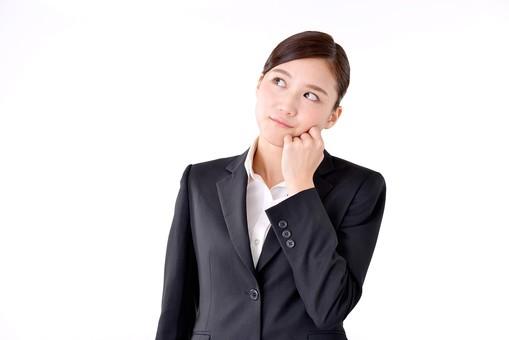 人物 日本人 女性 若い 若者   20代 スーツ 就職活動 就活 就活生   社会人 OL ビジネス 新社会人 新入社員   フレッシュマン ビジネスマン 面接 真面目 清楚  屋内  白バック 白背景 上半身 首をかしげる 疑問 考える 見上げる mdjf007