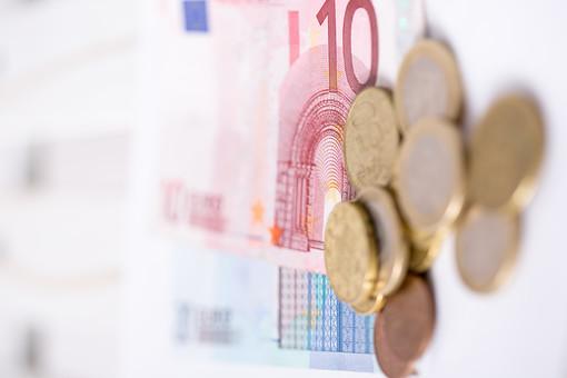 お金 マネー 紙幣 貨幣 通貨  外貨 コイン 小銭 外国 海外  ユーロ ヨーロッパ 金融 経済 ビジネス  価値  報酬 収入 貯金 貯蓄  両替 アップ 素材 白バック 白背景 現金 硬貨 EU 10ユーロ紙幣 20ユーロ紙幣 20ユーロ札 10ユーロ札 ユーロコイン セント