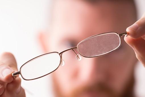 眼鏡 めがね メガネ 金 ゴールド フチ 大人 お洒落 オシャレ センス ファッション アイテム 人 ぼやけ 流行 かける 視界 かっこいい カッコイイ タイプ 雑貨 小物 クール 見える 視力 度数 顔 目元 アップ 男性 外国人 mdfm006