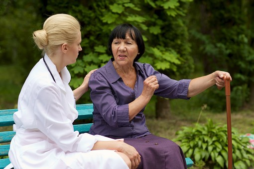 屋外 野外 外 病院 庭 公園 ベンチ 外国人 老人 高齢者 女性 おばあさん おばあちゃん 患者 女医 白人 金髪 白衣 医師 医者 スカート 座る 杖 つえ 突く つく 持つ 並ぶ 寄り添う 話す 会話 しゃべる 相談 mdfs016 mdff142