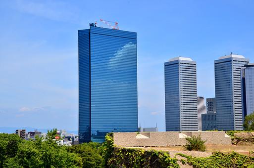 日本 関西 大阪 大阪ビジネスパーク 建物 建築 建築物 施設 ビル ビル群 都会 ビジネス 町並み 空 青空 雲 青 白 晴天 天気 晴れ 自然 植物 木 樹木 無人 室外 屋外 風景 景色 景観