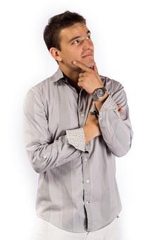 考える 顎に手を当てる 男性 短髪 シャツ うーん 悩む 時計 腕組み 外国人 外人 苦慮 苦悩 身を焦がす 四苦八苦する 遠くを見つめる 未来を考える 案ずる 思う 考え 企てる ひらめき 思量 思い描く 仮想 想像 立案 mdfm050