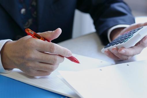 ビジネス ビジネスマン 人物 人 男性 男 手 仕事 電卓 デスクワーク 事務 書類 ペン 文具 オフィス 文書