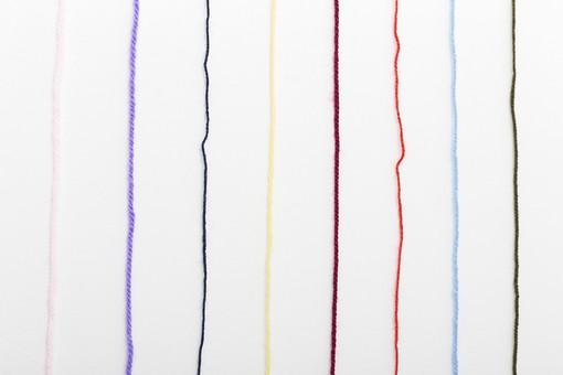 白バック 白背景 編み物 編物 毛糸 毛糸玉 糸 けいと 手芸 編み物用品 手編み ニット 編む 手作り 手仕事 ハンドメイド 趣味 ホビー 素材 資材 シンプル 雑貨 静物 スティルライフ 紺色 紺 水色 青 青色 赤 赤色 朱色 紫 パープル バイオレット ピンク 桃色 藤色 緑 緑色 抹茶色 カーキ色 クリーム色 黄色 薄黄色 淡黄色 アイボリー 白 白色 8色 八色 カラフル 並ぶ 並べる ライン 線 まっすぐ 直線 等間隔