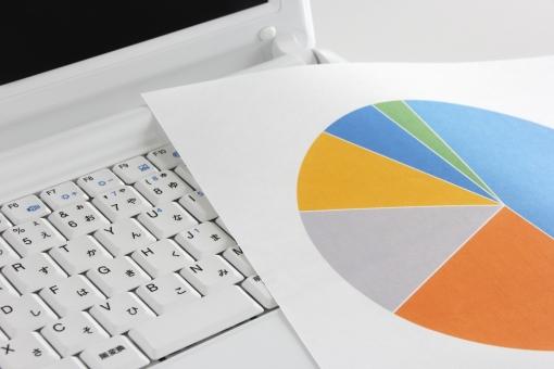 パソコン ノートパソコン PC PC 資料 ビジネス 書類 円グラフ グラフ データ 情報 インフォメーション 統計 集計 分析 割合 比率 仕事 業務 作業 データ集計 統計データ データ分析 情報処理 分類 シェア 提案 営業 プレゼン グラフ制作