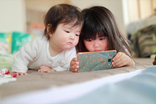 スマートフォンを操作する女の子6の写真