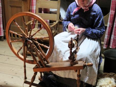 糸つむぎ つむぐ 紡ぐ 糸車 作業 手作業 仕事 働く 農家 農業 毛糸 ウール 童話 眠れる森の美女 エプロン スカーフ 昔 ヨーロッパ 北欧 スウェーデン 昔話