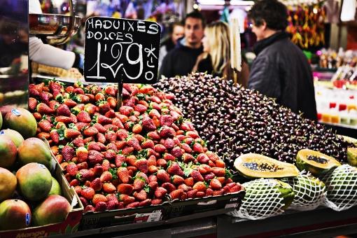 外国 海外 ヨーロッパ スペイン バルセロナ  屋外 外 野外 風景 景色  景観 市場 マーケット 果物 フルーツ イチゴ 苺 いちご サクランボ さくらんぼ チェリー 街角 街中 人物 買い物 ショッピング 露店 お店  食べ物