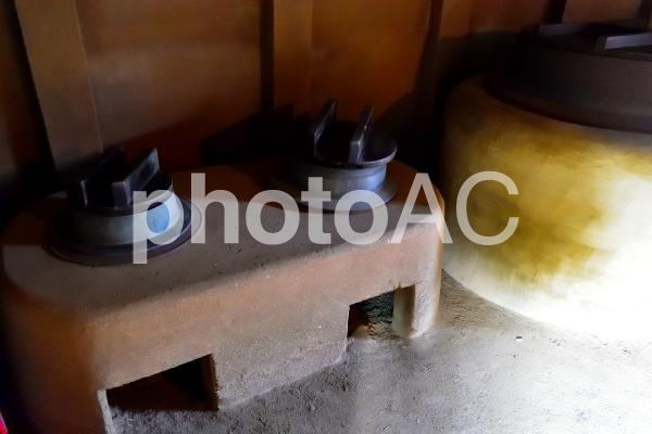 古民家の大きな釜戸の写真