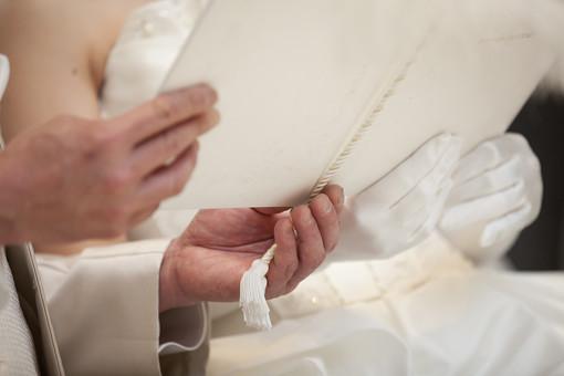 結婚式 ブライダル ウェディング 式場 セレモニー 記念日 人物 男女 カップル 夫婦 新郎 花婿 夫 新婦 花嫁 妻 式次第 誓い 誓約書 思い出 プロポーズ 幸せ 幸福 白 ホワイト 純白