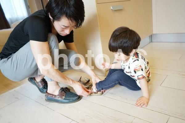 靴を履かせるの写真