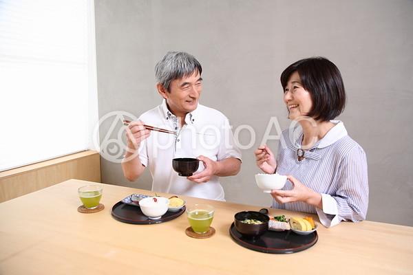 食事をする老夫婦3の写真